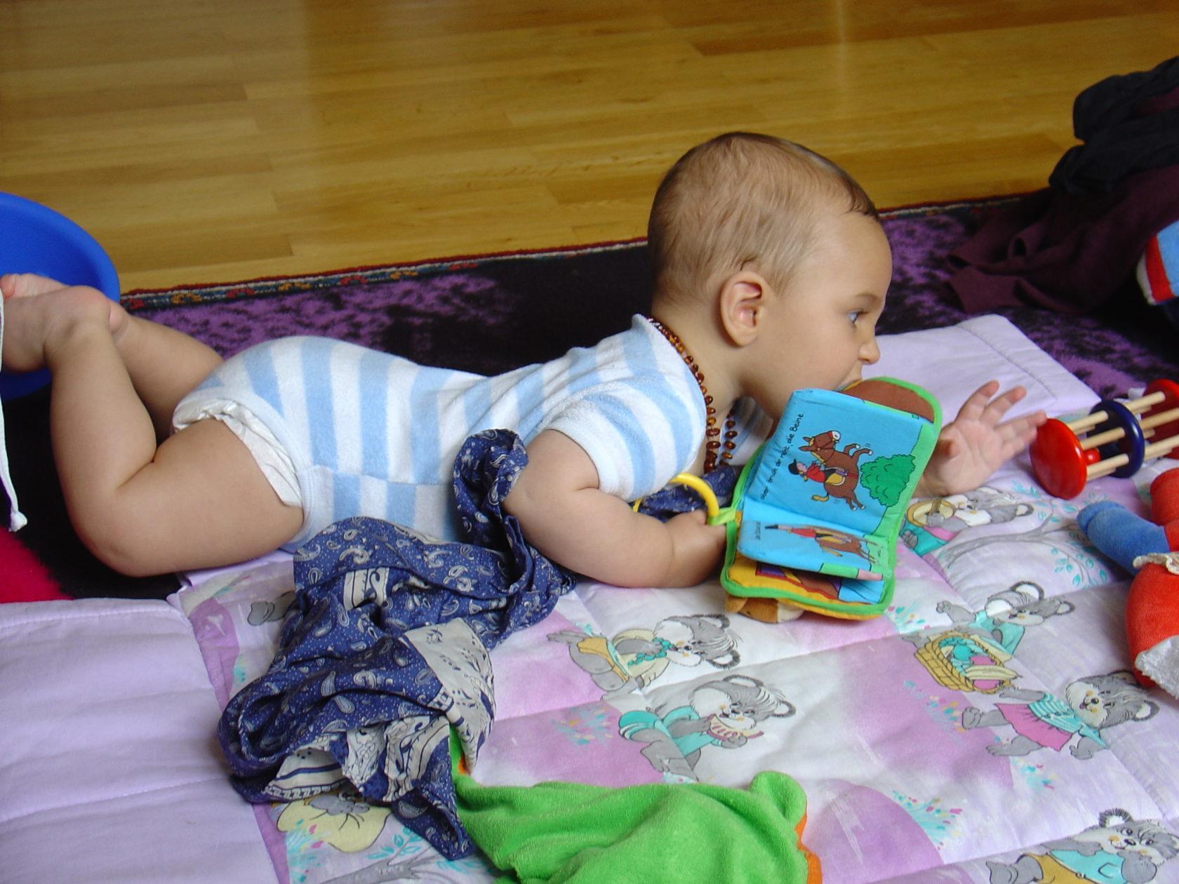 Erste Fortbewegung am Boden, weil ich mich nach Spielsachen strecke.